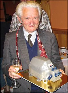 Dr. Zdenek Drahota received from his team in Prague an OROBOROS cake at his 80th birthday